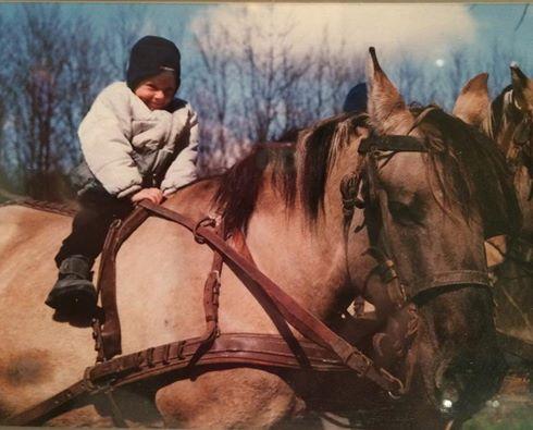 Mała Joasia oswajająca się z końmi. Fot. z archiwum zawodniczki.